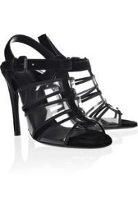 Zapatos y prendas transparentes, pero que no rebelan mucho.